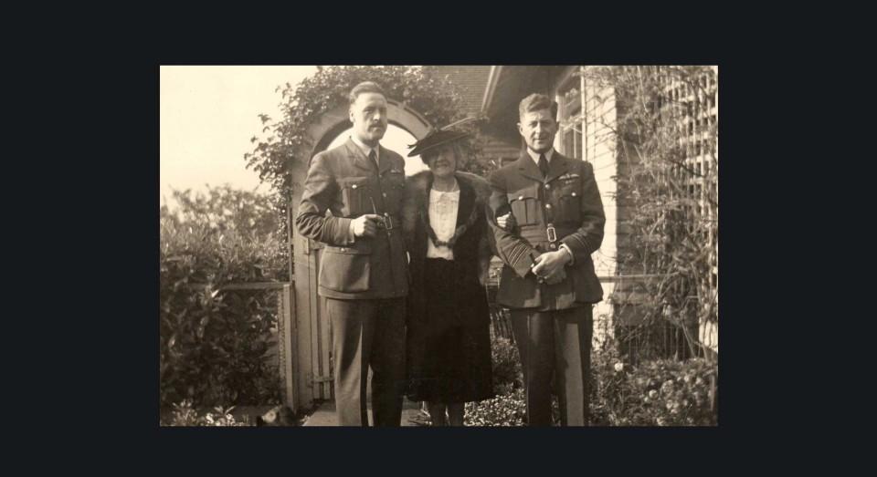 Padre de Annabel vestido de aviador con su tía y un amigo. (1942)